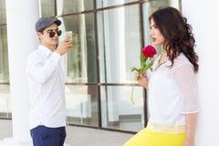 Junge, der Foto seiner schönen Freundin annimmt Stockbild