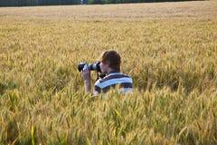 Junge, der Fotos mit Stativ macht Lizenzfreie Stockfotografie