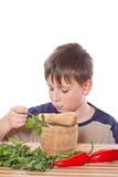 Junge, der Frühstück zubereitet Stockbilder