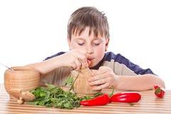 Junge, der Frühstück zubereitet Lizenzfreie Stockfotos