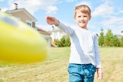 Junge, der Frisbee spielt lizenzfreie stockfotos