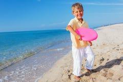Junge, der Frisbee spielt Lizenzfreies Stockbild