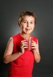 Junge, der frischen Beerensaft trinkt Lizenzfreie Stockbilder