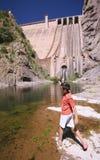 Junge, der in der Front einen See spielt Stockfotos
