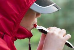 Junge, der Fruchtmus von einem Rohr isst lizenzfreie stockfotografie