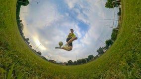 Junge, der Fußball spielt Stockbilder