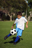 Junge, der Fußball spielt Lizenzfreies Stockbild