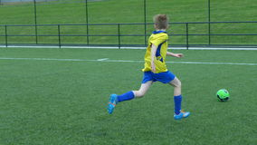 Junge, der Fußball spielt Lizenzfreie Stockbilder