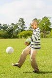 Junge, der Fußball spielt Stockfoto