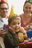 Junge an der Geburtstagsfeier. stockbild