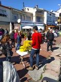 Junge, der gelbe Mimose auf der Straße verkauft stockbilder