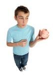 Junge, der Geldkasten betrachtet Lizenzfreie Stockbilder