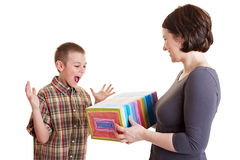 Junge, der Geschenk von der Mutter betrachtet Stockfoto