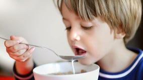 Junge, der Getreide mit Milch isst stock video