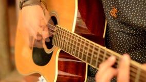 Junge, der Gitarre spielt stock video footage