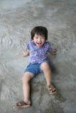 Junge, der glücklich lustiges Gesicht bildet lizenzfreie stockfotos