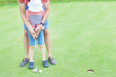 Junge, der Golf spielt lizenzfreies stockbild