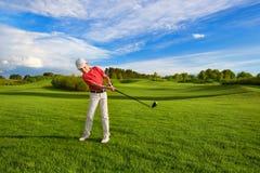 Junge, der Golf spielt lizenzfreies stockfoto