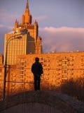 Junge in der großen Stadt Stockbild
