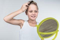 Junge, der Haar kämmt lizenzfreies stockfoto
