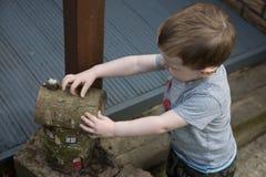 Junge, der Haus aus hölzernen Klotz heraus macht lizenzfreies stockfoto