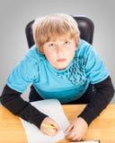 Junge, der Hausarbeit tut Stockbilder