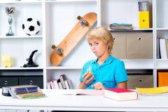 Junge, der Hausarbeit und Saft tut Lizenzfreie Stockfotos