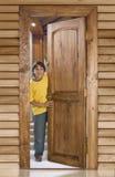 Junge an der Haustür lizenzfreie stockfotografie