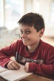 Junge, der Heimarbeit tut Stockbilder