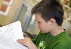 Junge, der Heimarbeit tut Lizenzfreies Stockbild