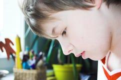Junge, der Heimarbeit tut Stockfotografie