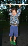 Junge, der heraus hängt Stockfotos