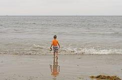 Junge, der heraus zum Ozean vorangeht Stockbild