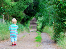 Junge, der hinunter einen Gehweg geht Stockfoto