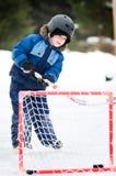 Junge, der Hockey spielt Stockbild