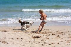 Junge, der Hund spielt stockfotos