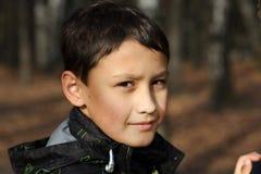 Junge, der im Herbst sich entspannt Lizenzfreie Stockfotos