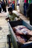 Junge, der im Markt in Jerusalem arbeitet Stockbild
