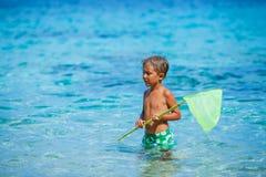 Junge, der im Meer spielt Stockfoto