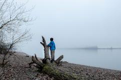 Junge, der im Nebel spielt Stockfotos