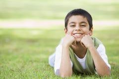 Junge, der im Park sich entspannt Lizenzfreies Stockbild