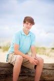 Junge, der im Sand sitzt Lizenzfreies Stockbild