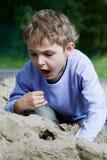 Junge, der im Sandkasten spielt Lizenzfreie Stockfotografie