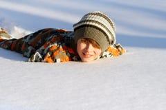 Junge, der im Schnee liegt Lizenzfreies Stockbild