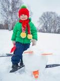 Junge, der im Schnee plaing ist Lizenzfreies Stockfoto