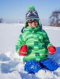 Junge, der im Schnee plaing ist Stockfotos