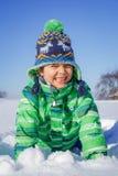 Junge, der im Schnee plaing ist Lizenzfreie Stockbilder
