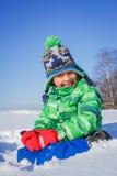 Junge, der im Schnee plaing ist Lizenzfreie Stockfotografie
