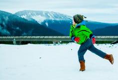 Junge, der im Schnee spielt Stockfoto