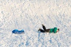 Junge, der im Schnee spielt Lizenzfreies Stockbild